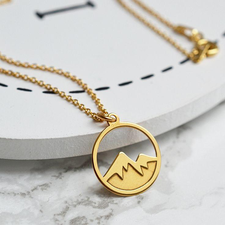 Złoty naszyjnik z górami. Zobacz na: https://laoni.pl/naszyjnik-z-motywem-gor #góry #naszyjnik #złoty #celebrytka #biżuteria