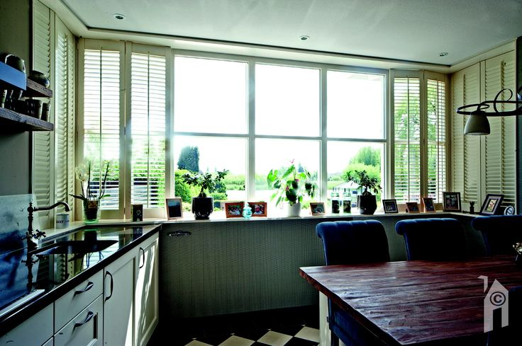 De woonkeuken is aan de achterzijde van het huis. Je hebt door de grote ramen een prachtige uitzicht op de tuin en op het water.