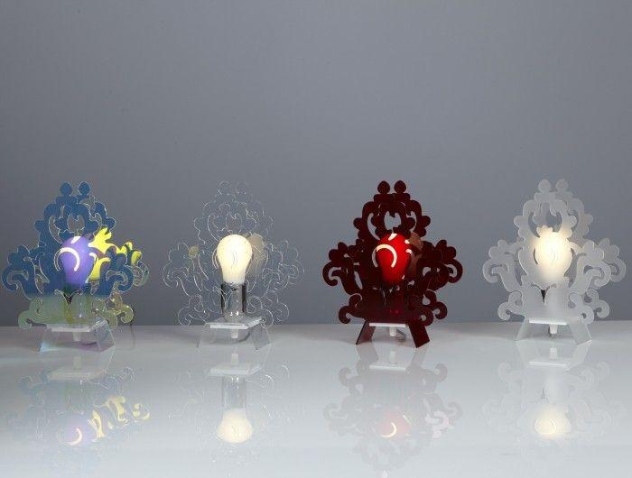 delle lampade da tavolo moderne e colorate illuminate con lampade led globo
