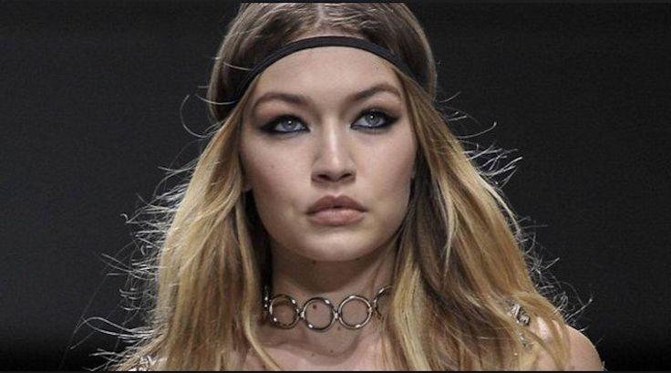 Famosa top model Gigi Hadid de la marca Versace se le sale un seno en pleno desfile