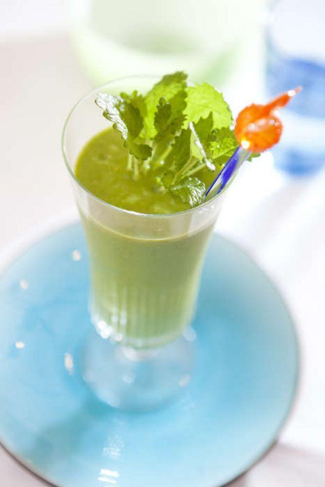 En god och nyttig smoothie med avokado, mango och babyspenat.