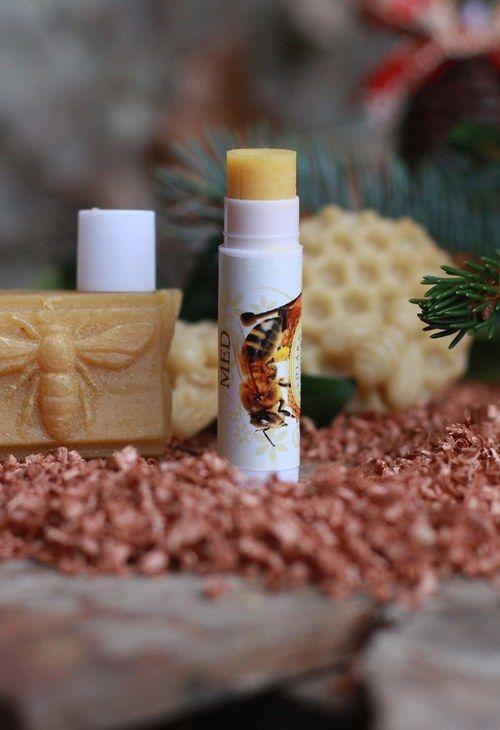 49**balzám na rty- MEDJemná pomáda na rty ,hebké konzistence, která se dá použít i jako lesk na rty.   Obsahuje  přírodní složky-  -ricín  - bambucké máslo  -kokosový olej  - mandlový olej  - včelí vosk      Pomáda se nelepí a je velmi příjemné konzistence na nanášení.