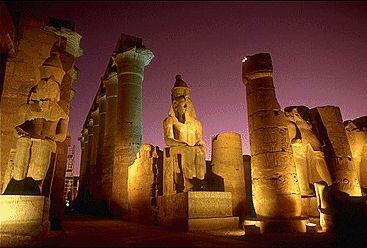 El Templo de Luxor, Egipto.  Fue construido bajo las dinastías XVIII y XIX egipcias, forma parte del conjunto denominado Antigua Tebas con sus necrópolis declarado Patrimonio de la Humanidad por la UNESCO en 1979. Se comenzó a construir en el año 1400 a.C. No olvidar visitar las estatuas de Ramsés II.