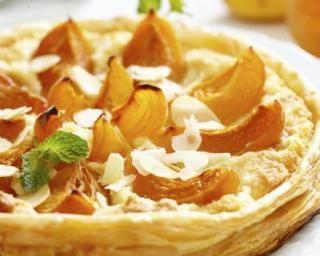 Tarte allégée aux abricots et crème pâtissière : http://www.fourchette-et-bikini.fr/recettes/recettes-minceur/tarte-allegee-aux-abricots-et-creme-patissiere.html
