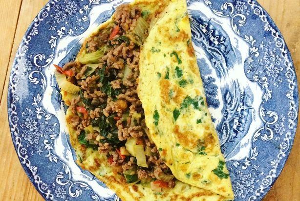Geen zin om lang in de keuken te staan, maar wil je toch een voedzaam en mega lekker gerechtje op tafel zetten? Dan is deze 'Thaise' omelet zeker een aanrader. Heerlijk gevuld met gehakt, paksoi, tomaatjes, en ui. Klinkt goed toch? Onwijs simpel en snel om te maken. Garneer eventueel met wat koriander en smullen maar. Enjoy!