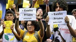 Protesto contra a redução da maioridade penal no Brasil - Copyright British Broadcasting Corporation 2015