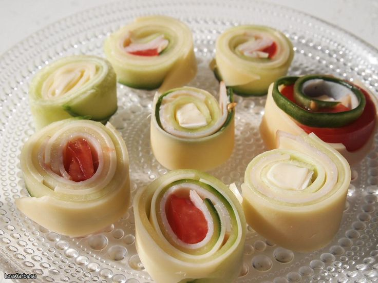 För mig är det viktigt att frukosten ser god ut och smakar gott! Har jag nån minut extra gör jag gärna dessa ostrullar. Väldigt goda, gärna toppade med lite smör! Ingredienser: Valfri ost (gärna en mjuk sort som Masdamer eller liknande) Gurka/zucchini Brieost eller annan ost Tomat, paprika, rädisor eller andra grönsaker du gillar Gör så här: Hyvla gurka/zucchini på längden, skiva ost, skär valfritt kött (kalkon, korv, parmaskinka och liknande) i lika breda bitar som osten. Varva gur...