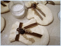 DIY Mitten Ornaments.  Pretty, but I'd add nun's stitching around it for a more rustic look.