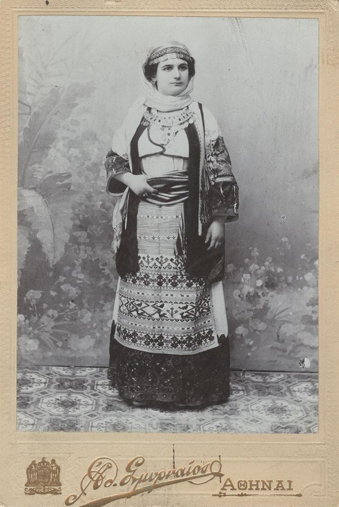 Προσωπογραφία γυναίκας με παραδοσιακή ενδυμασία Αττικής. Φωτογράφος: Σμυρναίος Αθανάσιος Αθήνα, π. 1890 - 1900  Αρχειακές συλλογές. www.nationalgallery.gr