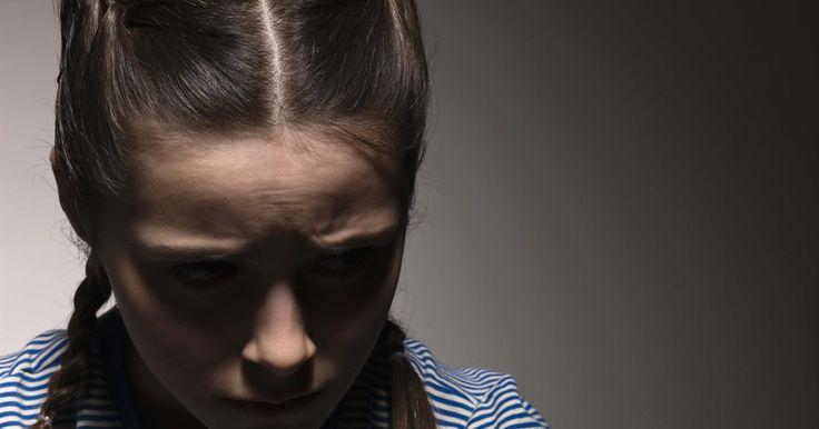 Problemas que afectan a los adolescentes. Los adolescentes de hoy en día enfrentan diferentes problemas respecto a los que sus padres enfrentaron. Si bien algunos son los mismos, incluyendo la presión de los pares, el uso de alcohol y drogas y la sexualidad, debido a los cambios en la tecnología los adolescentes de hoy también enfrentan la intimidación a través de Internet, las citas ...