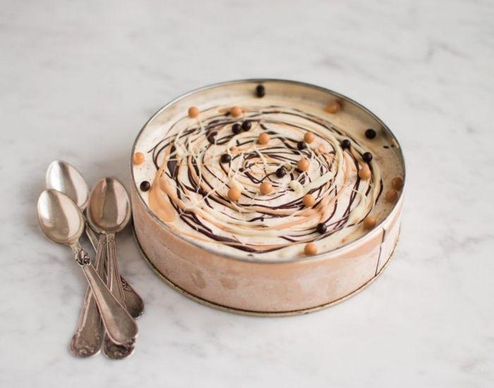 Opskrift på en parfait, som alle chokoladefans vil elske! Isen er med hele tre slags chokolader og kræver ikke en ismaskine at lave. Lækkert!