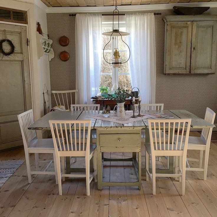 Idag skriver jag på bloggen om vårt älskade köksbord. Om hur en gammal möbel kan vara så mycket mer än bara en möbel. Länk finns i profilen om du vill se och läsa mer 🌿💚🌿 . #nyttpåbloggen #äktahem #kök #lantkök #västerbottensgård #köksbord #slagbord #arvegods