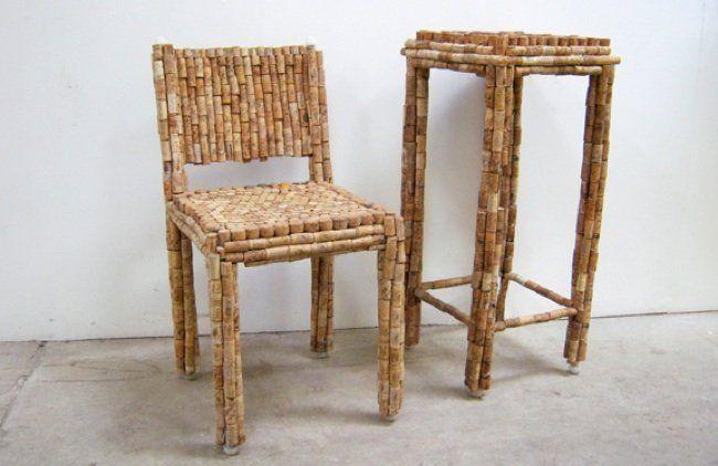 Taula i cadira fetes amb taps de suro.