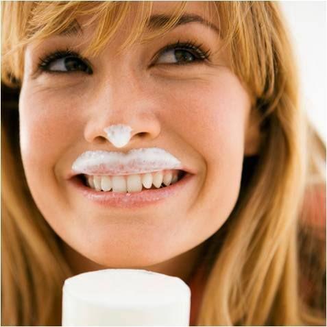 Le lait permet de lutter contre les brûlures d'estomac. Le lait aide à neutraliser l'acidité gastrique. Si vous le supportez n'hésitez pas à en prendre, préférer le demi écrémé pour soulager les brûlures d'estomac.