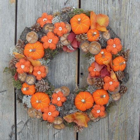 Ezt a gazdagon díszített őszi kopogtatót egy széles lapos formára készített alapra alkottam. Az alapot először textillel vontam be, majd durva fakéreggel, natúr termésekkel, textil hortenziavirágokkal fedtem. A termések közötti részeket natúr izlandi zuzmóval és szárított mohával töltöttem ki. Végül saját készítésű textil tökökkel és horgolt virágokkal díszítettem.  Tartós lakás dekoráció, ami az anyaghasználat és a technikai megoldások miatt csak mérsékelten vízálló. A tartósság érdekében…