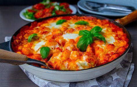Gnocchi alla sorrentina är en läcker italiensk gratäng med gnocchi i tomatsås toppad med ost. Underbar rätt som känns lyxig och som är enkel att laga. Om du vill lyxa till det extra kan du göra egen gnocchi (recept på det kommer på bloggen i veckan). Jag använde färsk gnocchi köpt i affären, då gick det snabbt att slänga ihop rätten. Jag brukar laga en liknande rätt med pasta, recept hittar du HÄR! Det var trevligt att byta ut pastan mot gnocchi, det gick hem hos alla i familjen. 6…