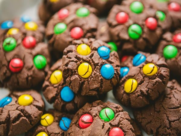 We love fun cookie recipes. Be a kid again and bake a batch of these chocolate cookies with colorful M&M's. Smartie Cookies, M M Cookies, Cupcake Cookies, Sugar Cookies, Chocolate Chip M&m Cookies, Chocolate Desserts, Best Cookie Recipes, Snack, Cookie Bars