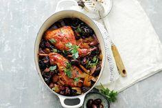 Gestoofde konijnenbout in rode wijn met olijven - Recept - Allerhande