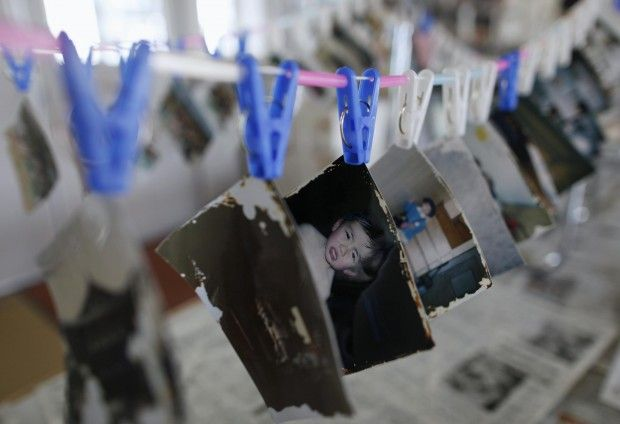 A Ofunato, in Giappone, volontari si occupano della pulizia e dell'archiviazione delle fotografie spazzate via dalla violenza dello tsunami. Gli abitanti di Ofunato possono andare a caccia delle loro memorie scomparse
