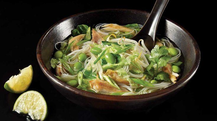 Réconfortez-vous avec cette recette facile de soupe tonkinoise au poulet et aux édamames