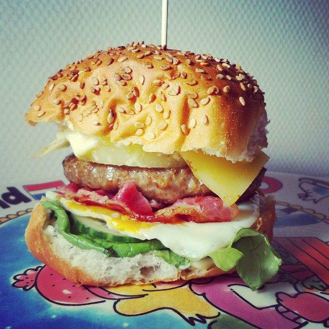 Heerlijk hamburger recept met gebakken ei, bacon, ananas en nog veel meer lekkers. Om je vingers, handen en armen bij op te eten!