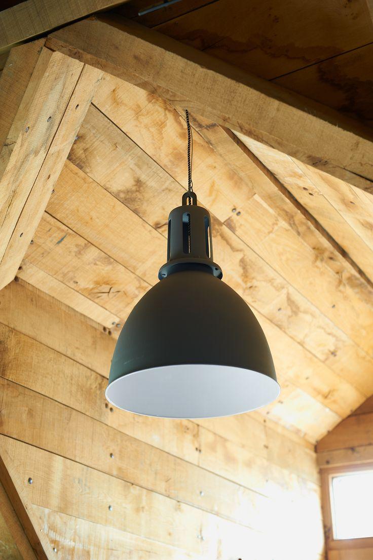Hanglamp 101: in blauw en grijs verkrijgbaar. Stylingtip: combineer deze grote industriële lamp met bijvoorbeeld een strak of landelijk interieur. Juist die contrasten in woonstijlen versterken elkaar en maken een interieur spannend en persoonlijk! #101woonideeen #leenbakker
