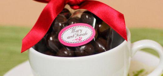 Souvenirs de baby shower con taza llena de chocolates