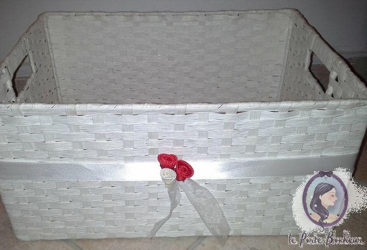 Cesta Porta Sacchetti- ART A016   - Cesto bianco 38x26cm circa  - Nastro doppio raso bianco di 25 mm lungo tutto perimetro  - 2 boccioli rossi ed uno bianco legati insieme da nastro in organza bianco da 25 mm.