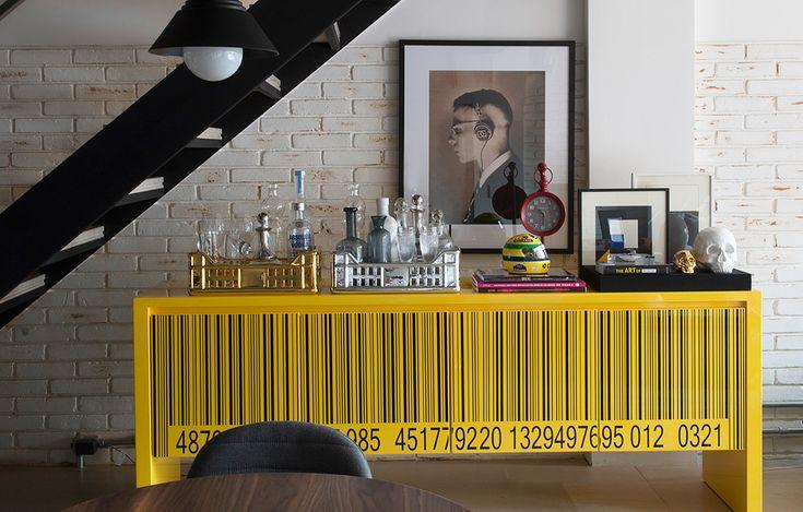 Neste projeto do escritório Triplex Arquitetura (triplexarquitetura.com.br), o destaque fica com o buffet amarelo Rorix, do designer Arbel Reshef, adquirido na Marché Art De Vie (marcheartdevie.com.br). Projeto publicado em Casa e Jardim.