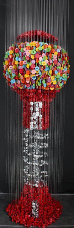 Aqui no Hypeness sempre mostramos inovações e novas formas de trabalhar com materiais existentes. Hoje mostramos a arte de Augusto Esquivel, um argentino que mora atualmente em Miami, que é capaz de fazer réplicas incríveis que vão de cubos geométricos a réplicas de quadros famosos, utilizando apenas botões e linha de pesca. Esquivel ...