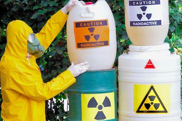 Moederbedrijf ECN van de kerncentrale in Petten mag kernafval opslaan in de bebouwde kom van Zeewolde. In totaal gaat het om enkele tientallen vaten hoog radioactief afval, meldt De Wereld. De directie van de kerncentrale luidde deze week de noodklok, omdat er geen geld is voor de opslag van delekkende vaten. De tijdelijke bovengrondse opslag, vlakbij een woonwijk in Zeewolde, [...]