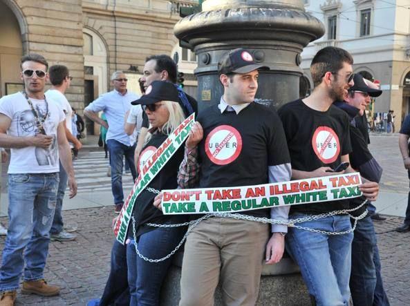 Tassisti in corteo contro Uber Si incatenano in piazza Scala