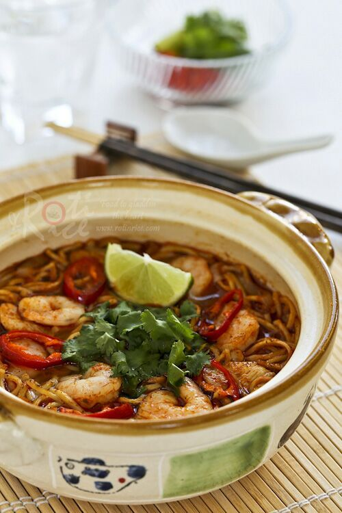 This spicy tangy Tom Yum Noodle Soup with chicken and shrimps is sure to wake up your taste buds. Less than 20 minutes to prepare. | RotiNRice.com