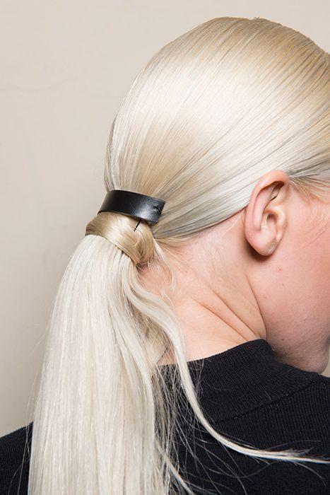 Как ухаживать за окрашенными волосами-За 5-7 дней до окрашивания сделайте процедуру глубокого питания волос (например, на основе масла). Благодаря заполнению поврежденных участков цвет будет держаться дольше.Первые 2 недели после окрашивания важно поддержать цвет и исключить увлажняющие шампуни, маски и кондиционеры — они вымывают цвет. Потом их можно использовать
