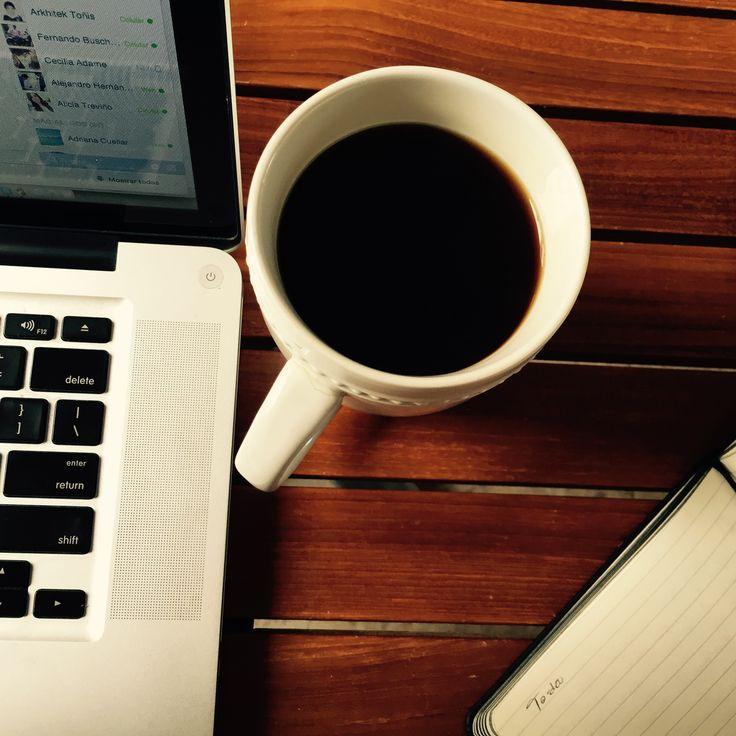4.- El primer par de ojos al que pondrás verdadera atención serán los tuyos, reflejados sutilmente en ese espejo que ves al dar el primer sorbo de Café, es la Procrastinación en su forma más pura, pero a muchos sin ese combustible, nos cuesta darnos cuenta que ya amaneció...