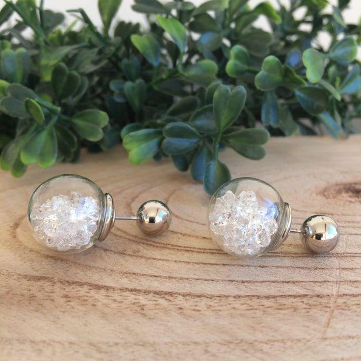 Zilverkleurige knopjes oorbellen double dot. Doorzichtige bolletjes van 1,2 cm met glazen steentjes. Achterzijde zilverkleurig. Leuk voor de feestdagen.