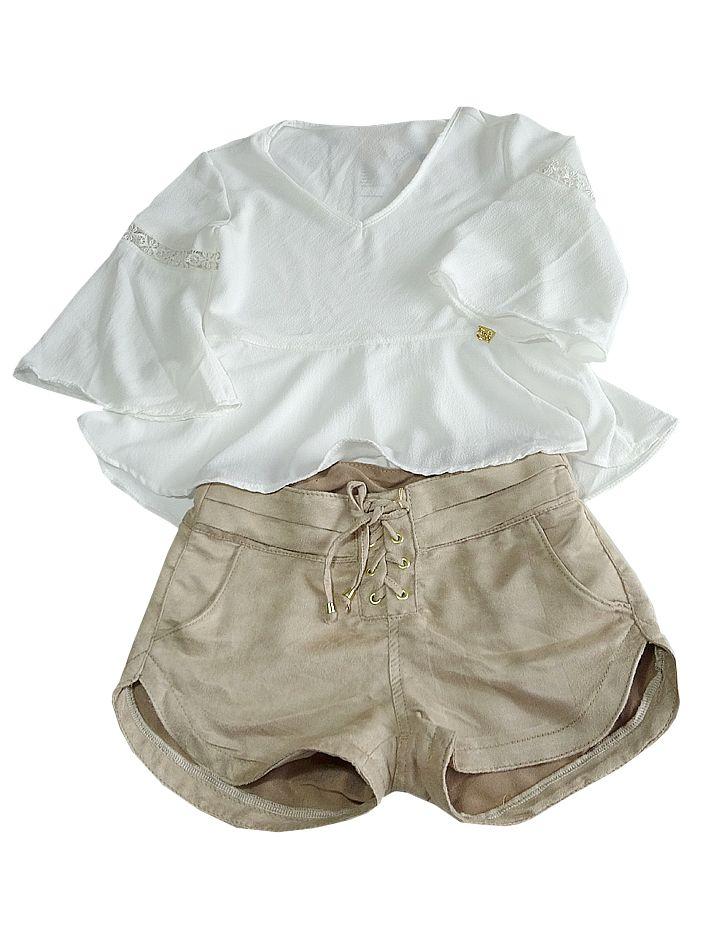 Blusa em crepe de seda. Mangas flair com detalhe em renda guipir. Decote V. Short em chamois. Bolsos traseiros e frontais.