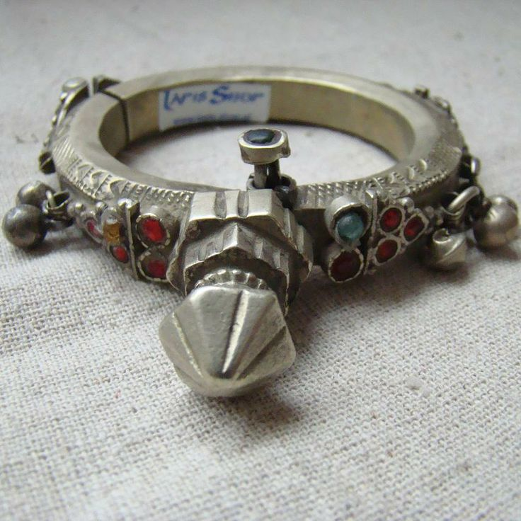 Bardzo oryginalna bransoleta z Afganistanu. Metal, kolorowe szkiełka i dzwoneczki.