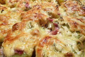 Belegte Ofenkartoffeln (Pellkartoffeln mit Speck, Schmand und Käse überbacken)