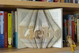 Schritt-für-Schritt Anleitung wie man einen Schriftzug in ein Buch faltet.