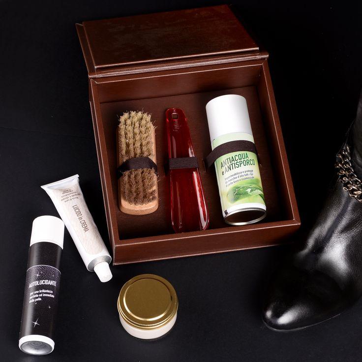 Scarpe perfette in ogni occasione! Ecco i nostri Kit per la cura e la pulizia delle calzature: nell'elegante scatola in legno o nel pratico sacchetto, ideale da viaggio.