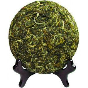 Les thés pu-erh sont fabriqués à base de thés verts. L'origine de ce thé est lié au climat tropical de sa région Yunnan. Durant la saison humide, les feuilles de thé vert séchées reprenaient leur humidité et ainsi s'oxydaient puis fermentaient comme un thé noir. Ce processus donnait un thé plus digeste dont les différentes qualités de feuilles pouvaient faire varier les saveurs. De nos jours il est affiné en cave, et après de nombreuses années, on obtient une galette millésimée de grande…