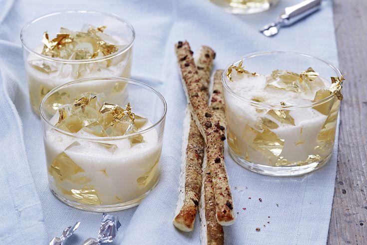 Grandios dessert med champagne, passionsfrukt och smördgsstavar. Garnera med bladguld för extra lyxig känsla. Det går förstås bra att byta ut champagnen mot mousserande vin.