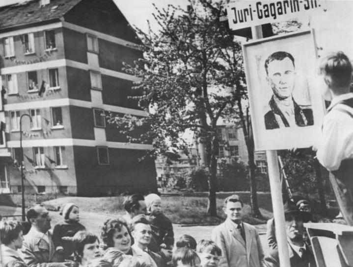 Жители Карл-Маркс-Штадта на улице, названной именем Юрия Гагарина, 6 мая 1961 года