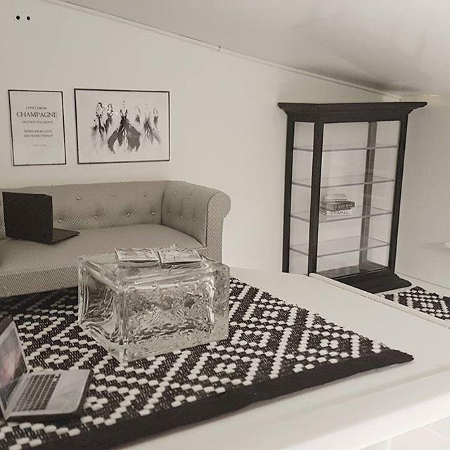 Lite nya möbler och en ny matta i vardagsrummet. Letar vardagsrumsbord, men tills dess får en tom parfymflaska från Dior duga   #dockskåp   #lundby   #lundbydockskåp   #dollhouse   #inredning  #dollhousedesign_sweden  #miniatyr   #miniatyrer  #renovering  #diy  #vardagarum