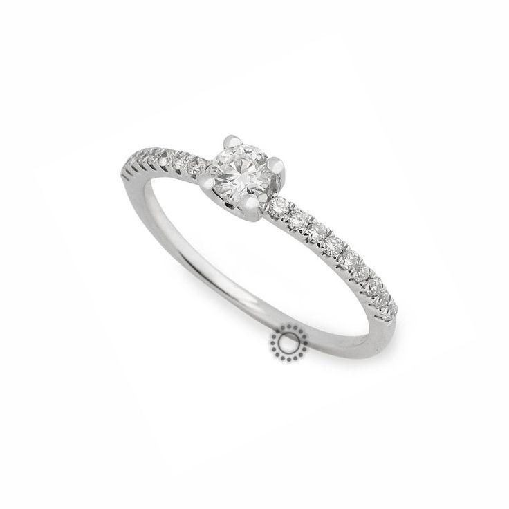 Ένα λεπτό & εντυπωσιακό μονόπετρο δαχτυλίδι λευκόχρυσο Κ18 με κεντρικό Brilliant και πλαϊνά διαμάντια | Κοσμηματοπωλείο ΤΣΑΛΔΑΡΗΣ στο Χαλάνδρι. #μονόπετρο #δαχτυλίδια #rings #diamond