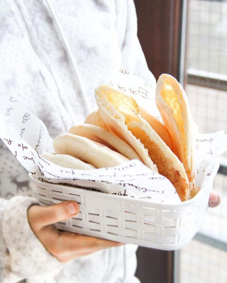 """Still winter,still cold ❄️Some warm #pita# bread for breakfast?)Всем привет,сложно заставить себя браться за фотоаппарат и потом еще и редактировать фотографии,зима ужасно плохо мотивирует на какую либо работу😑Снега никогда нет,только холод.Хочется постоянно есть и спать.Питу еще на прошлой неделе показывала в """"историях"""",а только сейчас написала рецепт .Он будет ниже в комментариях)"""