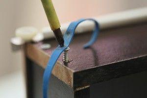 Een dolgedraaide schroef verwijderen met een elastiekje.