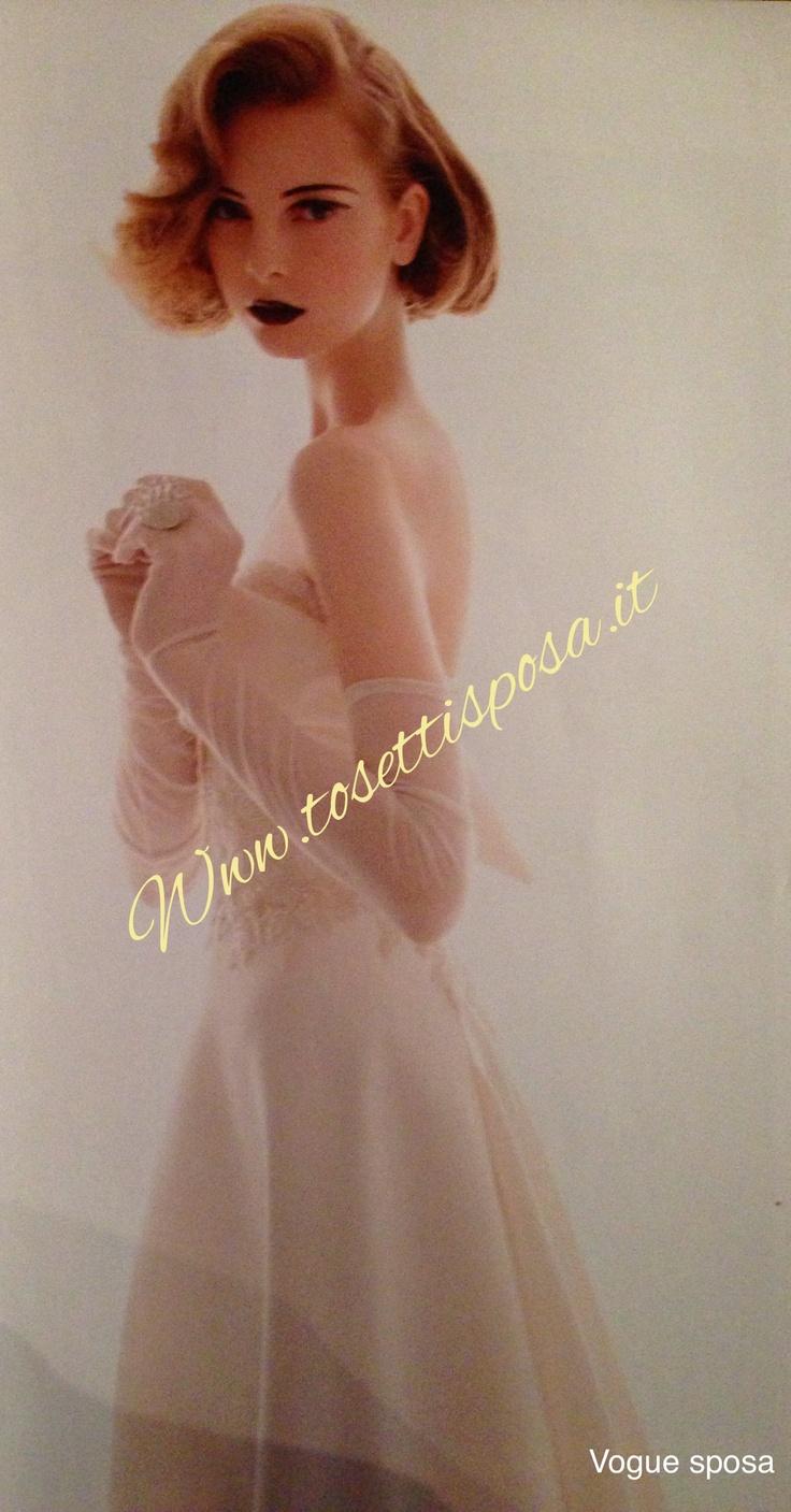 Una sposa elegantissima ed impeccabile, un abito di alta moda Carlo Pignatelli Couture...così la vede Vogue Spose e così l'abbiamo new nostre vetrine..... Vieni a vedere tutte le collezioni Il nostro regalo di nozze.....un accessorio del tuo abito e se acquistate da sposo e da sposa una settimana di soggiorno da sogno!! Www.tosettisposa.it