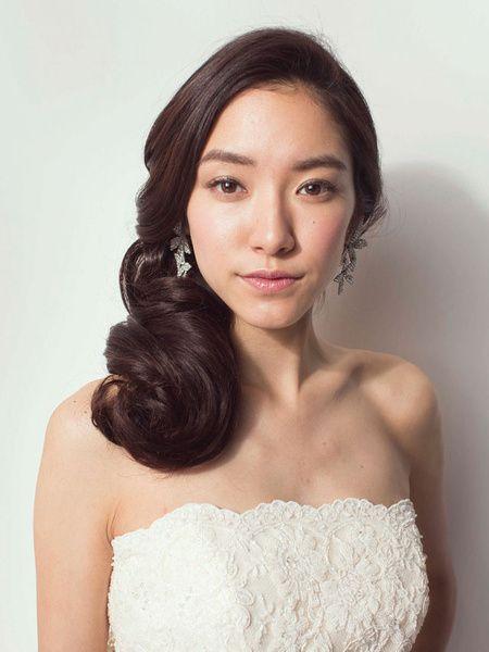流れるような髪のラインと、美しく輝くツヤが、上品でありながら存在感ある花嫁を演出します。正面からは大きなイヤリングがアクセントに。  ■お問...